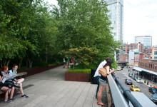 Besökare blickar ut från High Line Park, New York