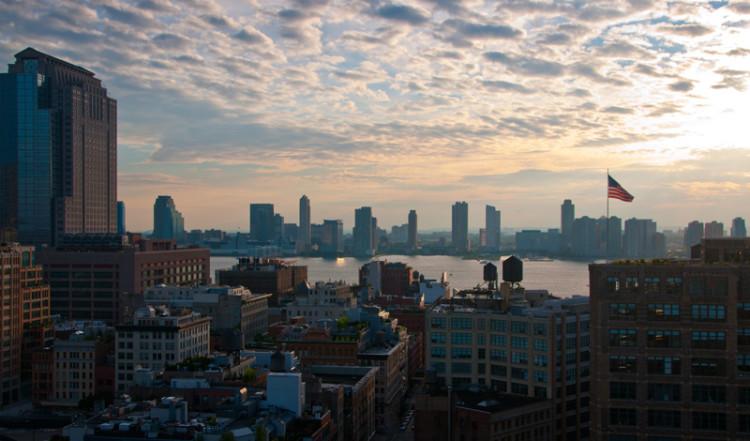 Skymning vid sydvästra Manhattan och Hudson river från taket på the James, NYC