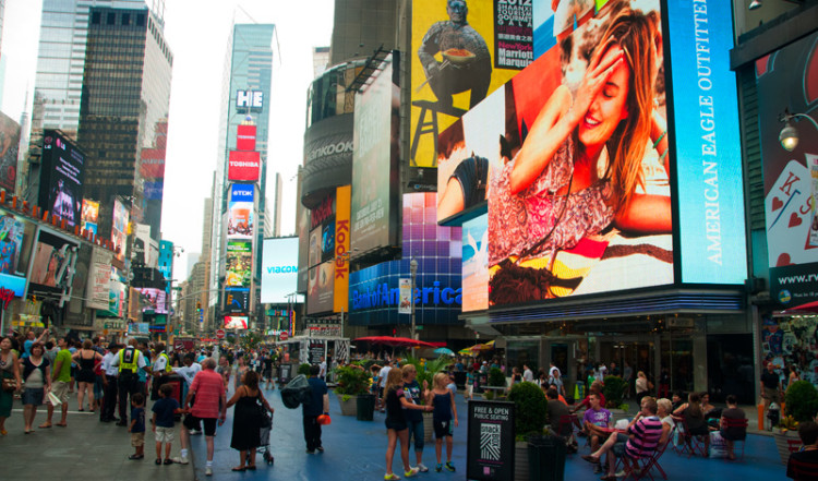 Gågata under neon vid Times Square, New York