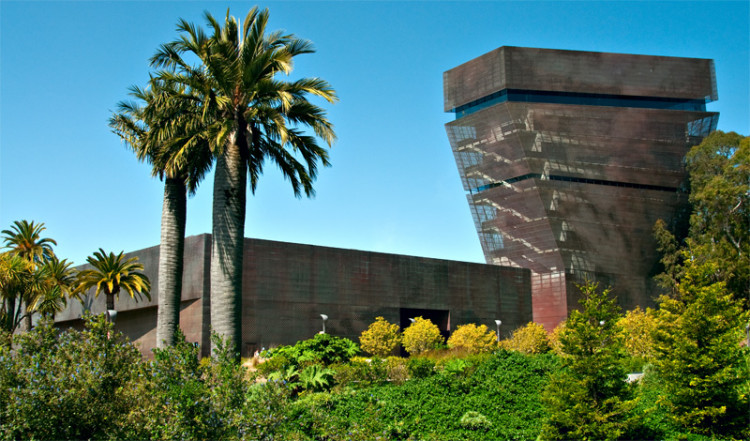De Young Museum bland palmer i Golden Gate Park, San Francisco Kalifornien