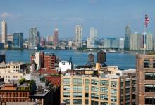 Utsikt västerut över Hudson till Hoboken New Jersey från södra Manhattan