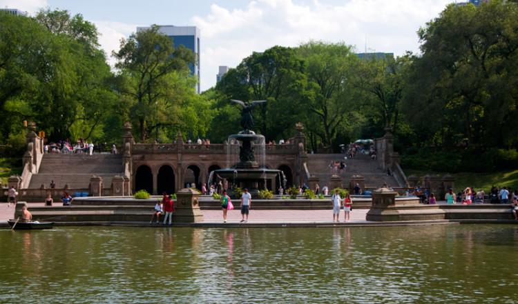 Bethesda fontän i Central Park från andra sidan sjön, New York