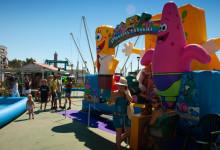 Hoppslott för barn på söndagsmarknaden i Estponas hamn