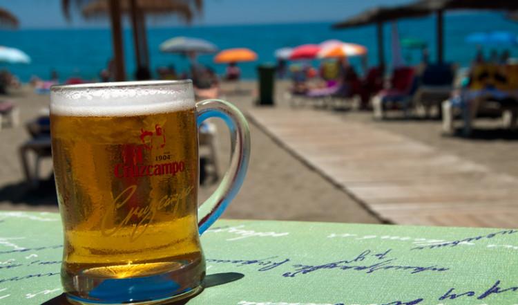 En kall Cruzcampo öl på Paco Chiringuito i Estepona