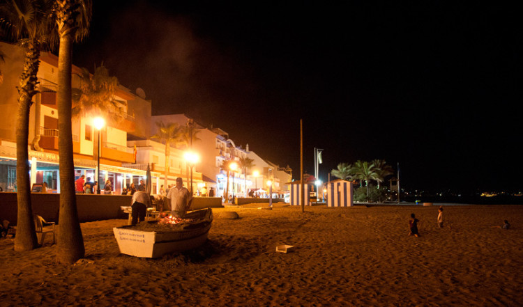 Paseo Maritimo strandpromenad kvällstid i Sabinillas