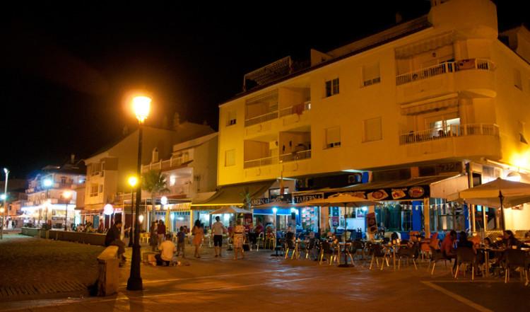 Nattliv på strandpromenaden i Sabinillas