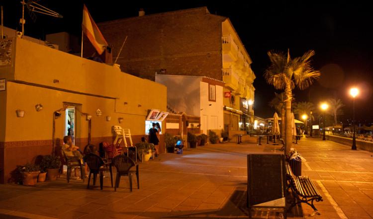 Kvällsliv, strandpromenaden i Sabinillas