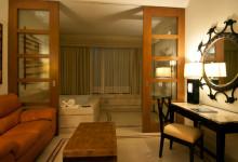 Soffa och skrivbord på Adonis Resort, Tulum Mexiko