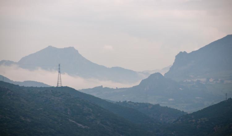 Morgondimma över bergen vid Caseres