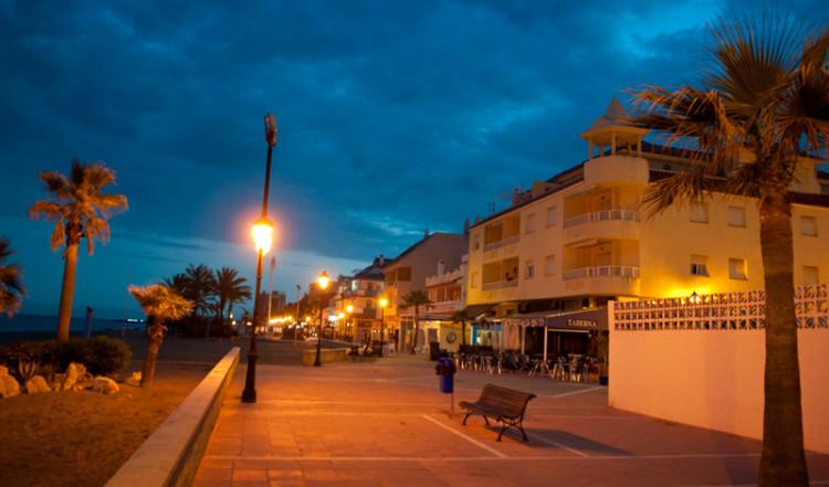 Kväll vid Sabinillas strandpromenad, Manilva
