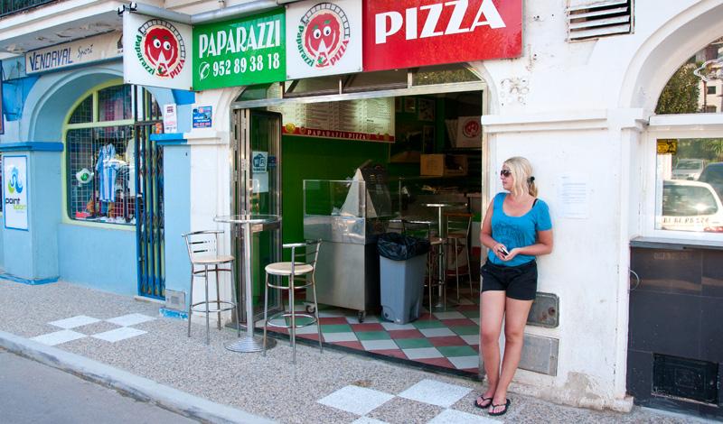 Anki väntar på Pizza i Puerto de La Duquesa