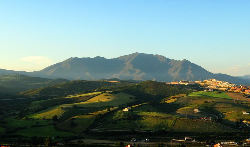 Solnedgång över omgivningarna från Monte Viñas kulle