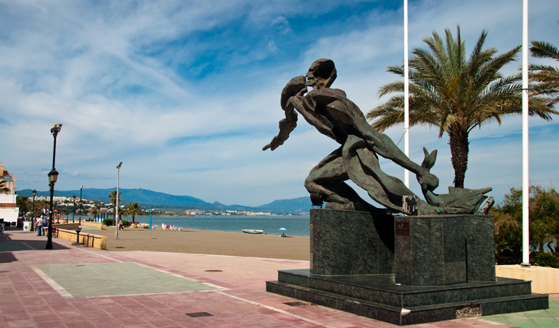 Staty vid strandpromenaden i Sabinillas