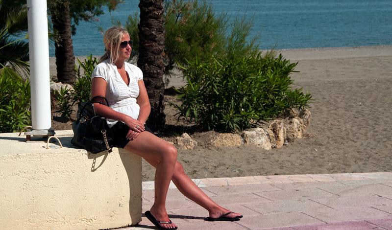 Anki njuter i solen på Sabinillas strandpromenad