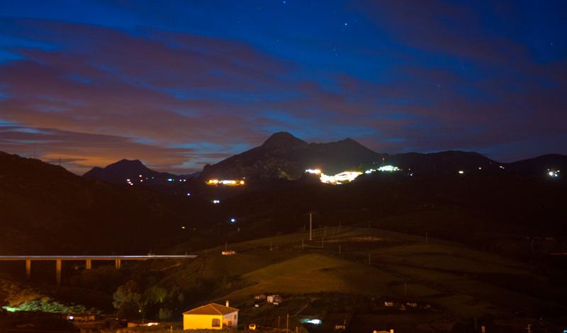 Sista dagsljuset försvinner vid bergen i Manilva, Spanien