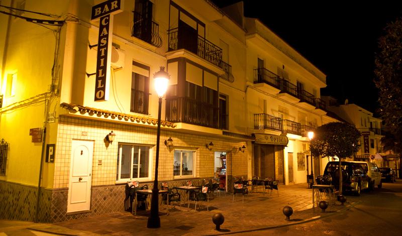 Bar Castillo längs Calle Mar Manilva på sen kväll