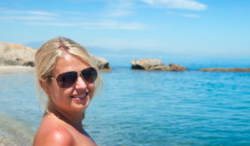 Anki med tårna i vattnet på Punta Chullera strand