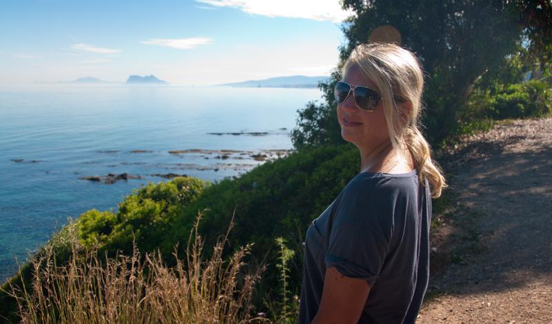 Anki beundrar utsikt över Gibraltar från Punta Chullera