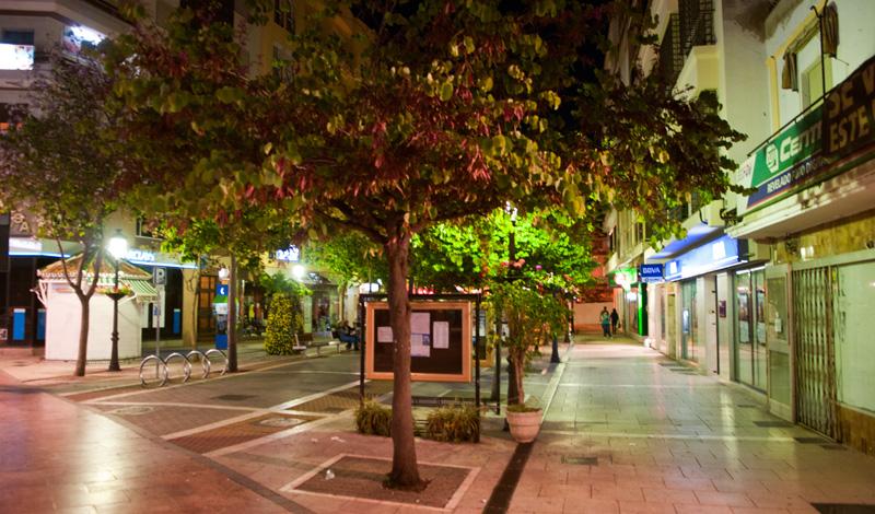 Calle Real i centrala Estepona en kväll i maj
