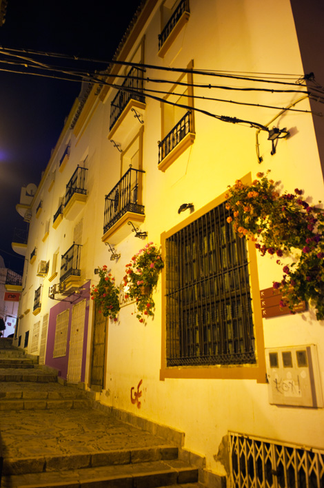Estepona centrum i ljuset från gatulyktor