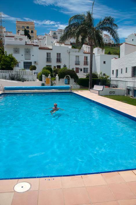 Lasse badar i Poolen på Monte Vinas
