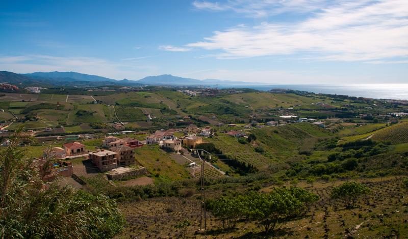 Morgonvy över dalen norr om Manilva från Calle Pedreta
