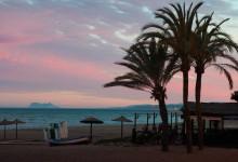 Vacker solnedgång över Estepona med Gibraltar klippan i bakgrunden