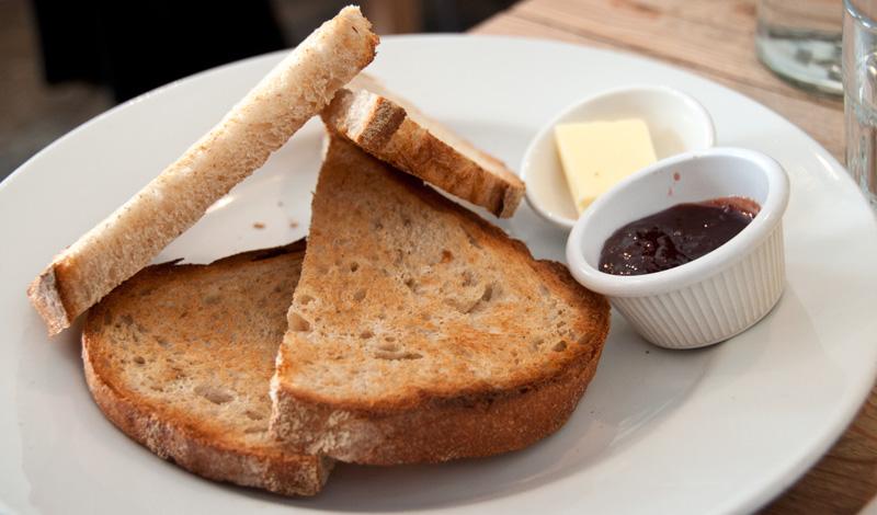 Rostat bröd med marmelad på Urban Angel, Edinburgh