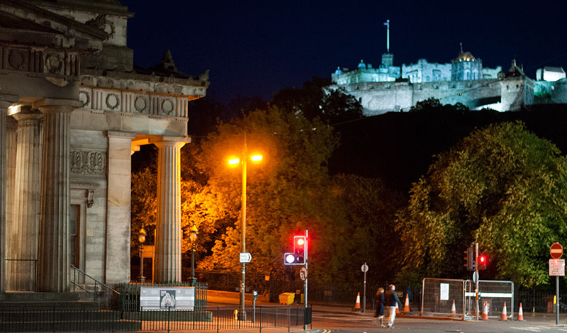 Kväll längs Princes Street i Edinburgh