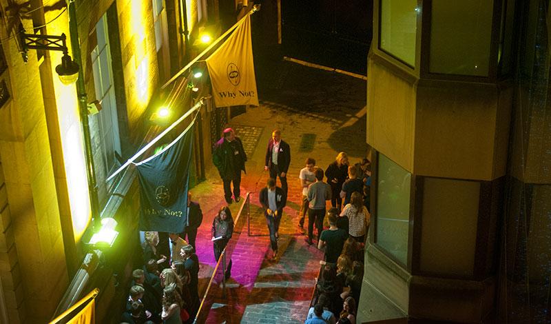 Klubb utanför vårt fönster på Le Monde Hoteli Edinburgh