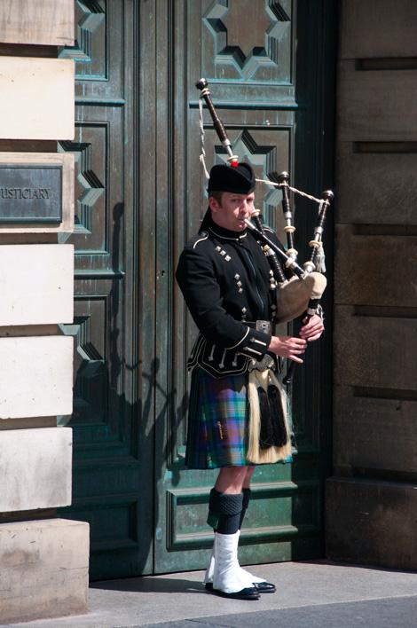 Man spelar säckpipa vid The Royal Mile, Edinburgh