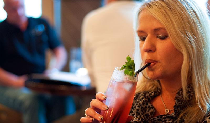 Anki smakar på sin drink på Le Monde Bar & Restaurant, Edinburgh
