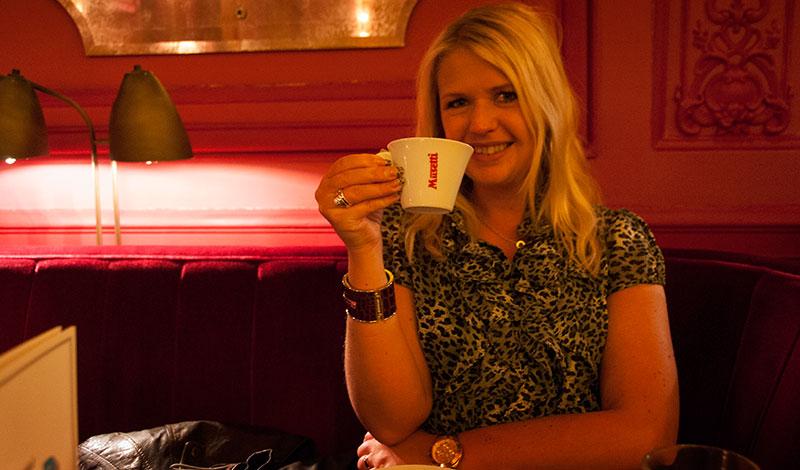 Anki tar en espresso på Jamie Olivers Italian, Edinburgh