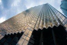 Moln och sol speglas i Skyskrapor, Toronto Kanada