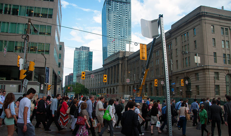 Folk på väg till tåg och buss, Toronto Front street