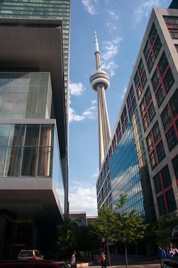 CN Tower kikar fram mellan byggnaderna, Toronto