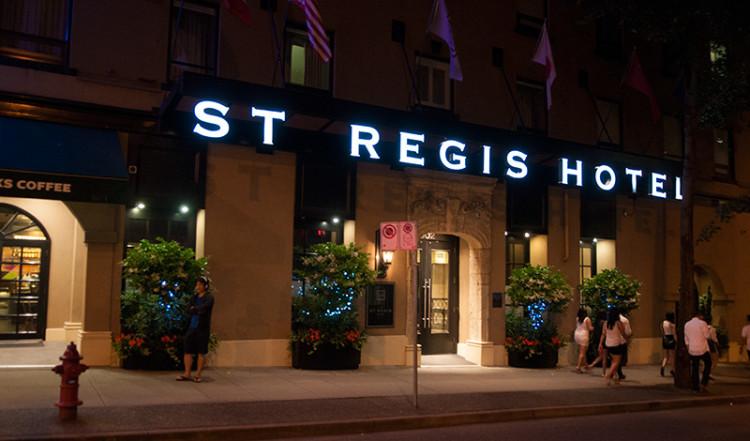 St Regis Hotel entrance nighttime Vancouver Kanada
