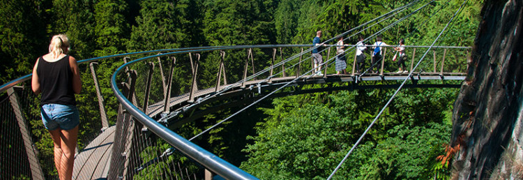 Anki går ut på Cliff Walk, Capilano Suspension Bridge Park, Vancouver Kanada