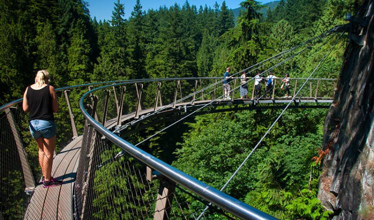 Anki går ut på Cliff Walk, Capilano Suspension Bridge Park, Vancouver Kanada