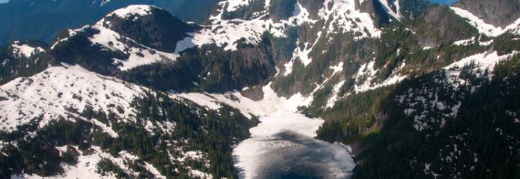 Sjö bland snöklädda berg