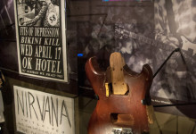 Affisch och krossad gitarr, Nirvana på EMP, Seattle
