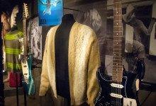 Kurts Cobains kofta, tröja och gitarr på EMP