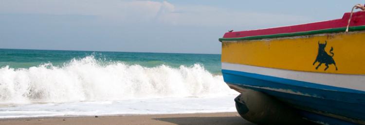 Bredvid en båt på Sabinillas strand