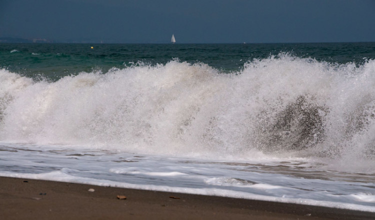 Höga vågor vid Sabinillas strand, Spanien