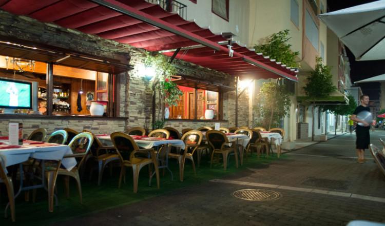 lguilar Restaurant längs gata genom Estepona