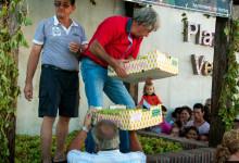Vindruvorna kommer lastade, Plaza de la Vendimia under Fiesta de la Vendimia i Manilva