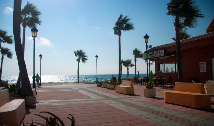 Morgon nere vid strandpromenaden i Sabinillas