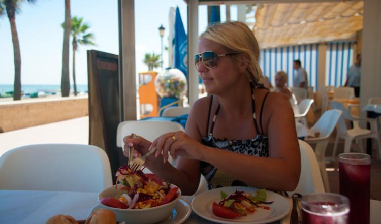 Anki lunchar på Viña Mar i Sabinillas