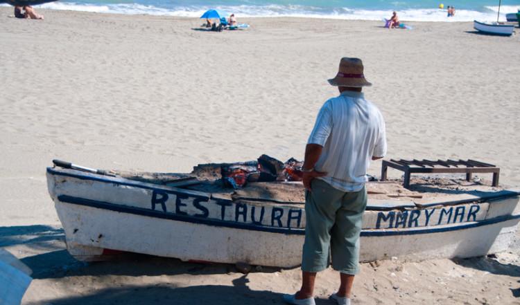 Båt där sardiner tillagas