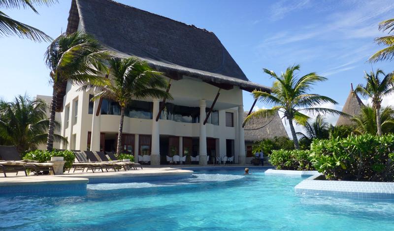 Restaurang byggnaden ligger vid poolen